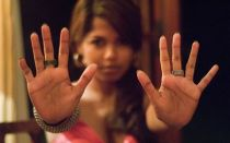 По какой руке гадают женщинам?